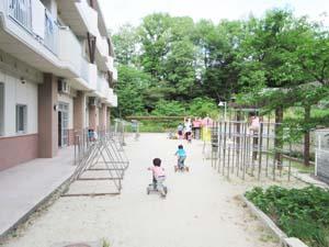 002_幼児園庭三輪車IMG_1174